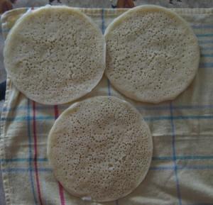 Las tortitas de miltrous enfríandose después de salir de la sartén