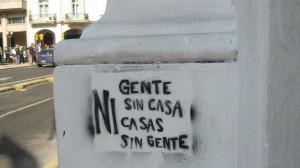 """Pintada en las calles de Buenos Aires """"Ni gente sin casa, ni casas sin gente"""""""