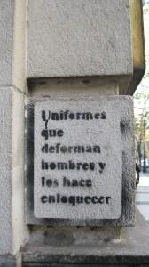 """Pintada en las calles de buenos aires """"Uniformes que deforman hombres y les hace enloquecer"""""""