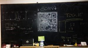 Código QR pintado con tiza en una pizarra